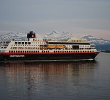 Hurtigruten leaving Molde by julie08