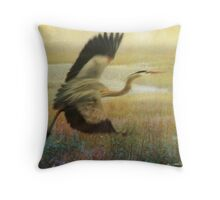 great blue heron flight Throw Pillow