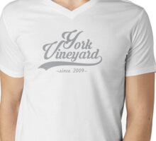 York Vineyard scripty - cool grey Mens V-Neck T-Shirt
