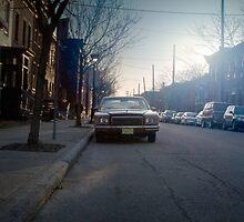 La voiture qui regarde l'homme qui n'aime pas les voitures.... by gaelH