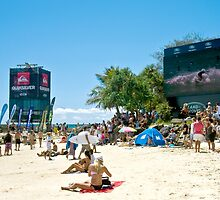 Relaxed crowd at Snapper during Surfing comps by Gavin Lardner