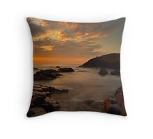 Finn`s Causeway. Throw Pillow