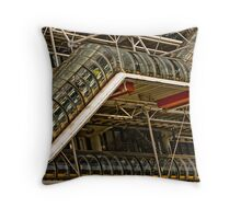 Le Centre Georges-Pompidou vu depuis l'esplanade Throw Pillow