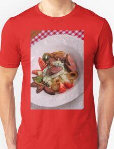 Foie du porc avec chou-rave et avec une sauce de mousse des feuilles de radis  T-Shirt