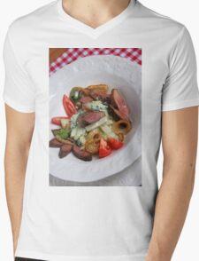 Foie du porc avec chou-rave et avec une sauce de mousse des feuilles de radis  Mens V-Neck T-Shirt