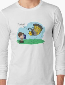 Eleventh Doctor vs a Dalek ... Peanuts Style Long Sleeve T-Shirt