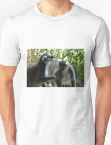 Lemurs chatting T-Shirt