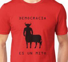 Democracia es un mito Unisex T-Shirt