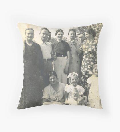 1934 - I MIEI NONNI E SEI DELLE LORO FIGLIE E NIPOTI  , ANGELA  E DADO.- 2200 VISUAL.DICEMBRE 2012 -RB EXPLORE 18/19 NOVEMBRE 2011----                                        Throw Pillow