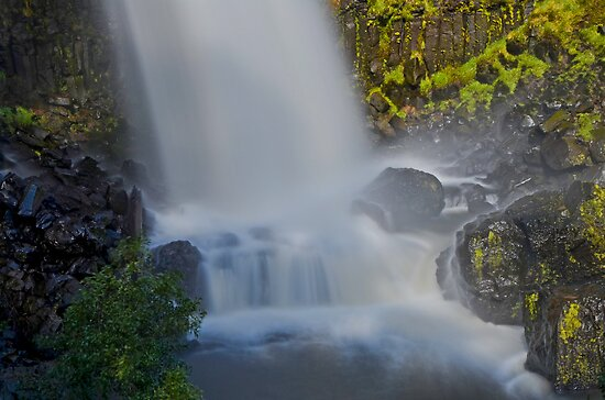 On the Rocks, Paddys River Falls by bazcelt