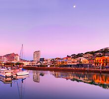 Townsville City by Stephen  Nicholson