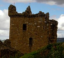 Urquhart Castle by tunna