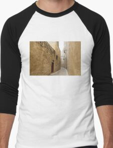 The Silent City - Big Walls Closing in and an Inviting Red Door in Mdina, Malta Men's Baseball ¾ T-Shirt