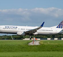 N18243 United Boeing 737-824 KCLE Aug 2011 by Henry Plumley