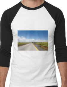 Straight road to vanishing point on the horizon with no traffic. Men's Baseball ¾ T-Shirt