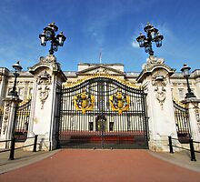 Gates Of Buckingham Palace by Yhun Suarez