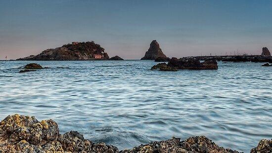 I faraglioni dal porto di Aci Trezza by Andrea Rapisarda
