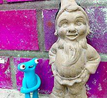 Knubbelding vs. garden dwarf by Martina Stroebel