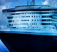 Queen Mary 2 - Woolloomooloo Bay, Sydney, NSW by Mark Richards