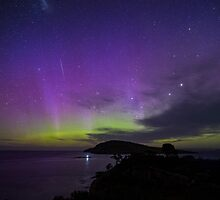 Aurora Australis + meteorite, 7 November 2-15 by Odille Esmonde-Morgan