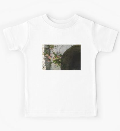 Life on Bare Rock - Fragrant Cranesbill Zdravetz Blooming on the Wall Kids Tee