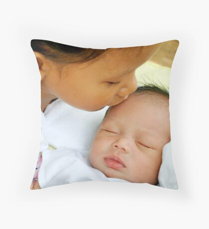 kissing me softly Throw Pillow