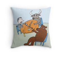 l'Ours et le Taureau a la Radio Throw Pillow