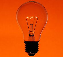 Floating bulb on orange background by mattiaterrando