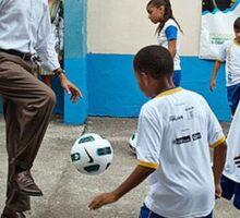 Obama jongle avec un ballon de foot. Sticker