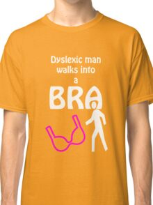 'Dyslexic man walks into a bra' Classic T-Shirt
