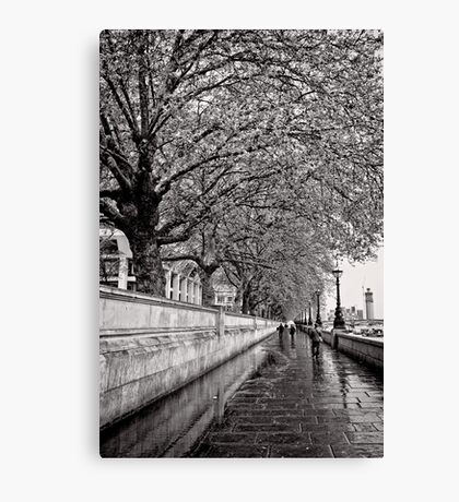A stroll by the Thames - Great Britain Canvas Print