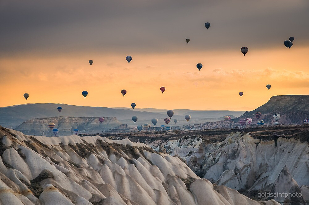 Flying hot air ballons over Cappadocia by goldsaintphoto