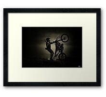 En una rueda.... Framed Print