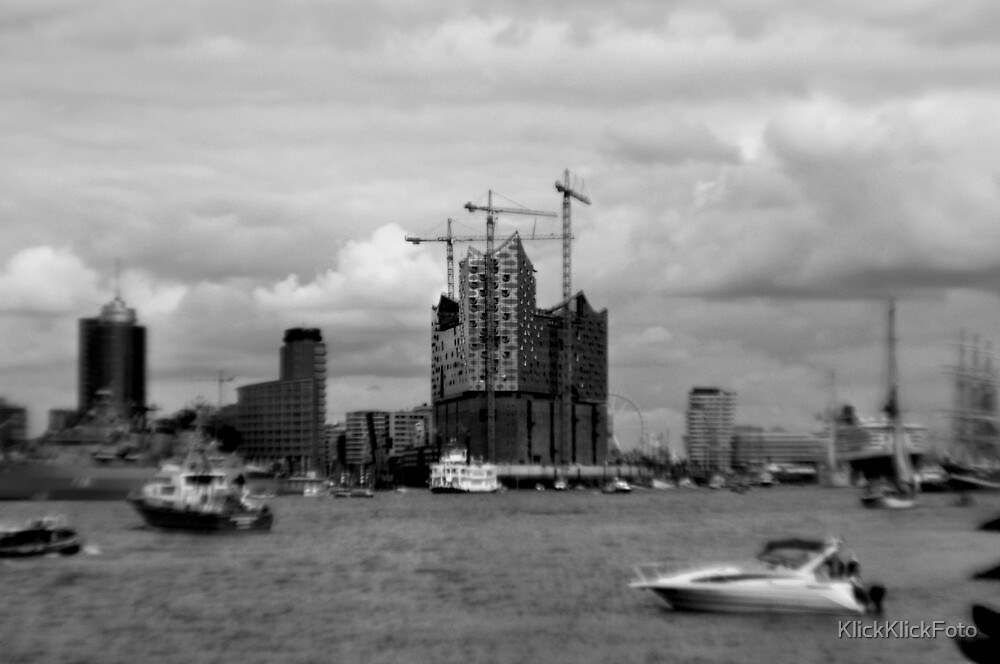 Elbphilharomie in blur during Hamburg's Port Anniversary by Domenic Herberz