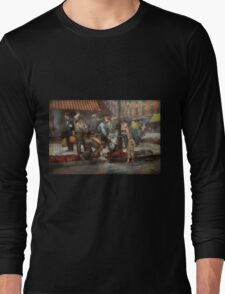 City - NY - Drinking water from a street pump 1910 Long Sleeve T-Shirt