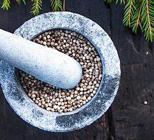 Dry green pepper, piper nigrum by Daniel Rönneberg