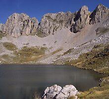 Mountain lake by rtomasarnau