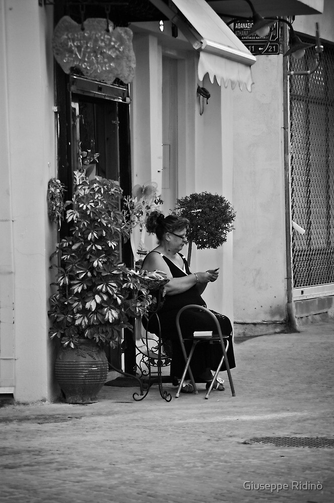 Working in the street by Giuseppe Ridinò