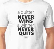 a winner never quits   ― Napoleon Hill Unisex T-Shirt