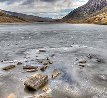 Frozen Lynn Ogwen by daze420