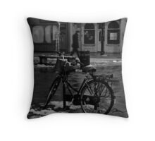 Velo sur place Throw Pillow