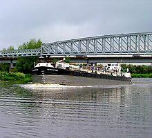 Battlestone passing under low bridge - River Trent......! by Roy  Massicks