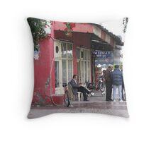 A café Throw Pillow