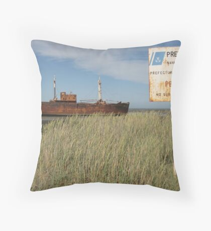 Desdemona - El Barco Oxidado Throw Pillow