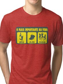 O Mais Important Na Vida - The Important Things in Life (Brazilian Portuguese T-shirt) Tri-blend T-Shirt