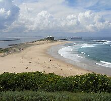 Nobby's Beach, Newcastle by Roselene