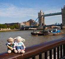Tower Bridge by twinnieE