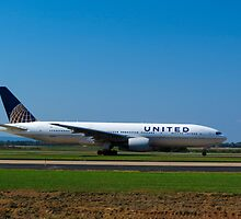 United 777-222 at  Washington Dulles Airport by Gsantillan98