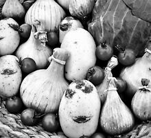 THERE IS A FUNNY FACE POTATO THERE!!! Food in B&W  by Be Eca