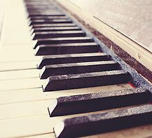 Vintage piano by SassySnark